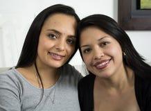 Retrato del primer de dos mujeres felices Foto de archivo libre de regalías