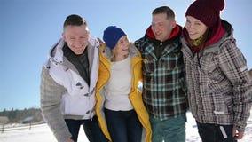 Retrato del primer de dos pares felices durante sus vacaciones del invierno en las montañas Cuatro amigos se están abrazando metrajes