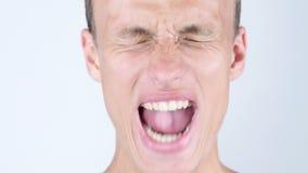 Retrato del primer de enojado, trastorno, depressesd, hombre joven que grita almacen de metraje de vídeo