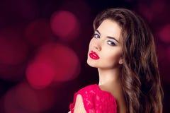 Retrato del primer de la belleza de la mujer joven sensual con li rojo atractivo Imagenes de archivo