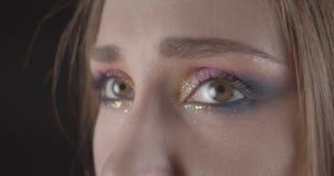 Retrato del primer de la cara femenina de pelo corto caucásica divertida joven con los ojos con el maquillaje del brillo que pres almacen de metraje de vídeo