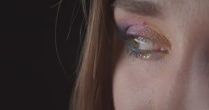Retrato del primer de la cara femenina de pelo corto caucásica encantadora joven con los ojos con el maquillaje lindo del brillo  metrajes