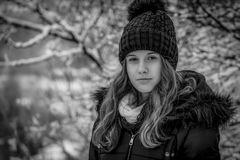 Retrato del primer de la cara de la muchacha bastante adolescente en el invierno, foto blanco y negro foto de archivo