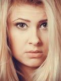 Retrato del primer de la cara rubia atractiva de la mujer Fotos de archivo