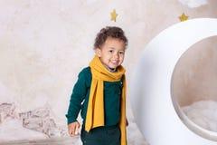 Retrato del primer de la cara de un muchacho negro, afroamericano El pequeño muchacho negro está sonriendo Bebé lindo, bebé en el foto de archivo libre de regalías