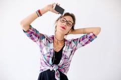 Retrato del primer de la chica joven con música que escucha de los auriculares Foto de archivo libre de regalías