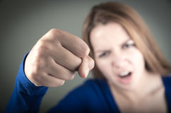 Retrato del primer de la demostración adolescente joven enojada de la muchacha Fotos de archivo libres de regalías