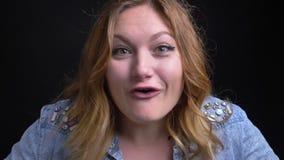 Retrato del primer de la hembra caucásica adulta que es feliz y que grita en la cámara con el entusiasmo en la cámara almacen de metraje de vídeo