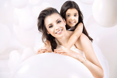 Retrato del primer de la mamá joven con una hija linda Fotografía de archivo