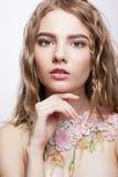 Retrato del primer de la muchacha adolescente con el collar de la flor Imagenes de archivo