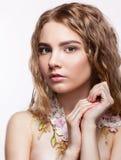 Retrato del primer de la muchacha adolescente con el collar de la flor Imagen de archivo libre de regalías