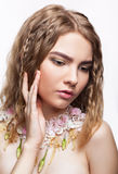 Retrato del primer de la muchacha adolescente con el collar de la flor Fotografía de archivo libre de regalías
