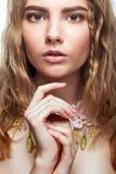 Retrato del primer de la muchacha adolescente con el collar de la flor Imagen de archivo