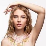 Retrato del primer de la muchacha adolescente con el collar de la flor Foto de archivo