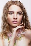 Retrato del primer de la muchacha adolescente con el collar de la flor Fotos de archivo libres de regalías