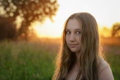 Retrato del primer de la muchacha adolescente en puesta del sol Foto de archivo libre de regalías