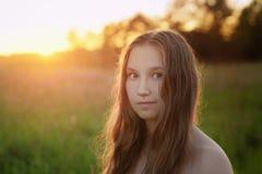 Retrato del primer de la muchacha adolescente en puesta del sol Imagenes de archivo