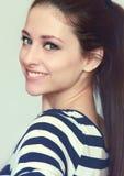Retrato del primer de la muchacha adolescente sonriente Fotos de archivo libres de regalías