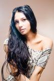 Retrato del primer de la muchacha atractiva hermosa morena con el pelo largo Fotografía de archivo libre de regalías
