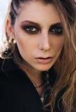 Retrato del primer de la muchacha bonita de la roca del grunge Imagenes de archivo
