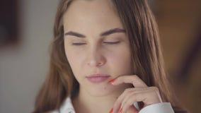 Retrato del primer de la muchacha caucásica bonita con diversos ojos coloreados que piensa y que mira lejos y para arriba Concept almacen de video
