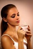Retrato del primer de la muchacha con una taza de café Imagen de archivo