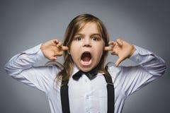 Retrato del primer de la muchacha de griterío que cubre sus oídos, observando No oiga nada Emociones humanas, expresiones faciale Foto de archivo