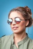 Retrato del primer de la muchacha de moda del inconformista con la sonrisa de los bollos del pelo Imágenes de archivo libres de regalías