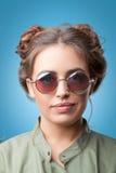Retrato del primer de la muchacha de moda hermosa del inconformista con los bollos del pelo Imagen de archivo libre de regalías