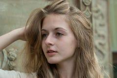 Retrato del primer de la muchacha emocional al aire libre Fotos de archivo