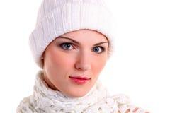 Retrato del primer de la muchacha hermosa en casquillo del invierno Foto de archivo