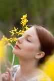Retrato del primer de la muchacha hermosa joven al aire libre Imagenes de archivo