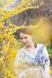 Retrato del primer de la muchacha hermosa joven al aire libre Fotografía de archivo