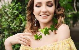 Retrato del primer de la muchacha hermosa joven con el vestido del verano del pelo rizado en bosque tropical Fotos de archivo libres de regalías