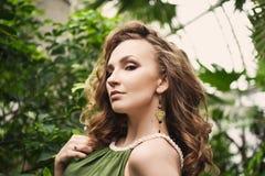 Retrato del primer de la muchacha hermosa joven con el vestido del verano del pelo rizado en bosque tropical Imagen de archivo