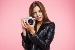 Retrato del primer de la muchacha hermosa que presenta con la cámara vieja de la película Fotografía de archivo