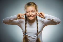 Retrato del primer de la muchacha preocupante que cubre sus oídos, observando No oiga nada Fotografía de archivo libre de regalías
