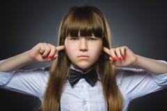 Retrato del primer de la muchacha preocupante que cubre sus oídos, observando No oiga nada Emociones humanas, expresiones faciale Fotos de archivo