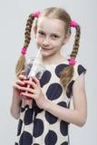 Retrato del primer de la muchacha rubia caucásica hermosa con las coletas que presentan en la polca Dot Dress Imagen de archivo libre de regalías