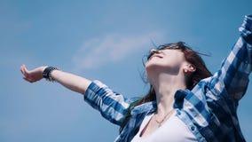 Retrato del primer de la mujer atractiva encantadora que mira la cámara fuera de la luz soleada del día de verano en el fondo ale almacen de metraje de vídeo