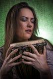 Retrato de la mujer de la belleza con el tambor del djembe Fotografía de archivo libre de regalías