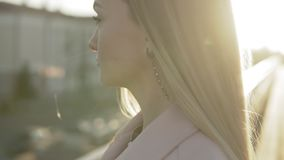 Retrato del primer de la mujer bonita con el pelo largo que sonríe al aire libre en la salida del sol almacen de metraje de vídeo