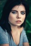 Retrato del primer de la mujer caucásica joven hermosa atractiva pensativa pensativa con el pelo negro, ojos azules, mirando in c Imágenes de archivo libres de regalías