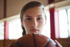 Retrato del primer de la mujer con baloncesto Imagenes de archivo