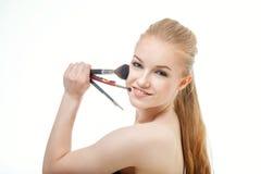 Retrato del primer de la mujer con el cepillo del maquillaje cerca de la cara fotos de archivo libres de regalías