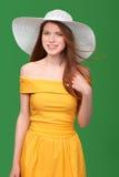 Retrato del primer de la mujer en sombrero de paja Foto de archivo libre de regalías