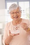 Retrato del primer de la mujer feliz que come los cereales Imagenes de archivo