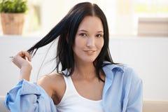 Retrato del primer de la mujer hermosa con el pelo oscuro Imágenes de archivo libres de regalías