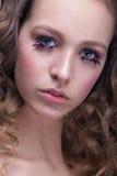 Retrato del primer de la mujer hermosa con maquillaje brillante y el peinado ondulado Forme el highlighter brillante en la piel,  Fotografía de archivo libre de regalías