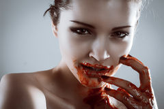 Retrato del primer de la mujer hermosa del vampiro del horror con sangre Foto de archivo libre de regalías